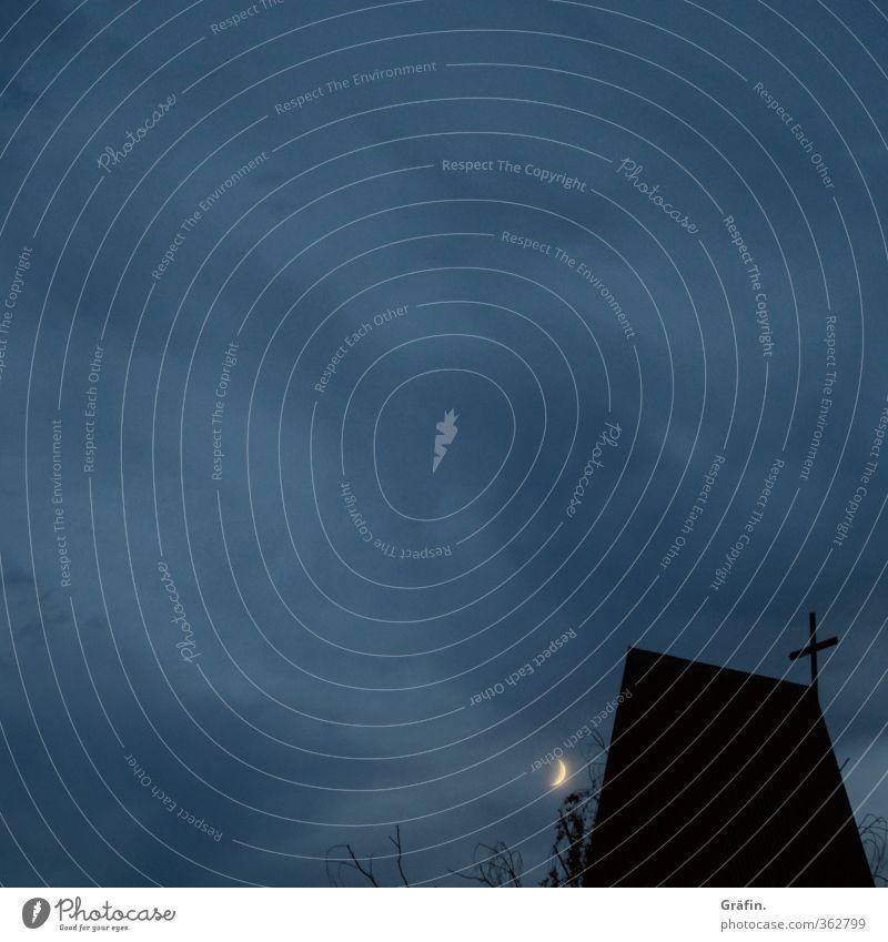 Geisterstunde Nachthimmel Mond Kirche Dach leuchten dunkel gruselig blau schwarz Trauer Tod Religion & Glaube träumen Farbfoto Außenaufnahme Textfreiraum links