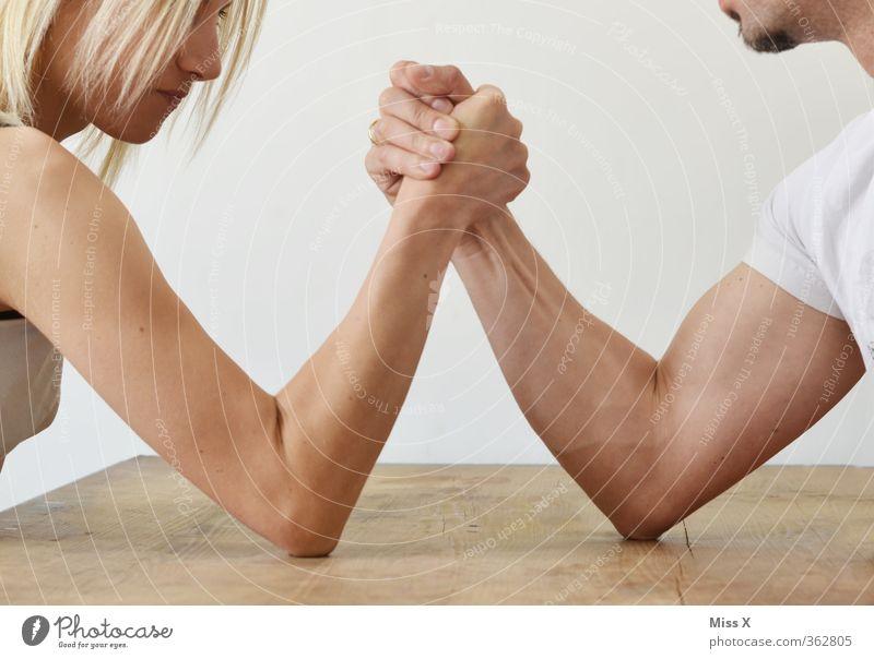 Geschlechterkampf Fitness Sport-Training Kampfsport Erfolg Verlierer Mensch Frau Erwachsene Mann Paar Partner Leben Arme 2 18-30 Jahre Jugendliche kämpfen stark