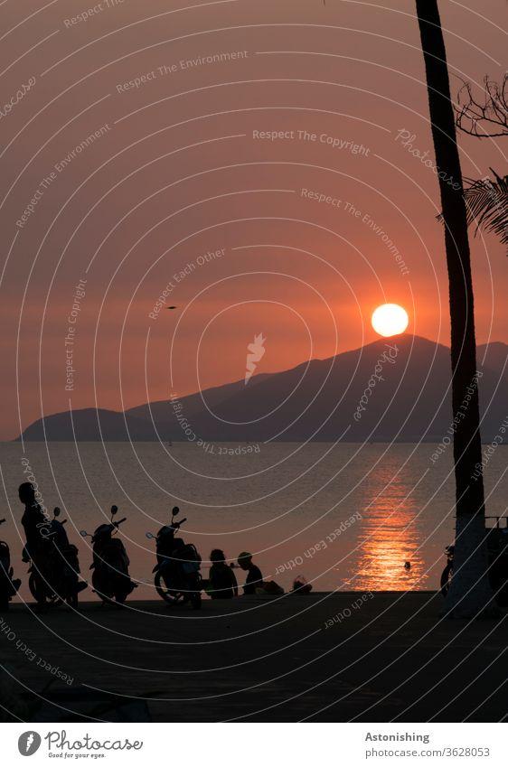 Sonne am Morgen am Strand von Nha Trang, Vietnam Moped Sonnenaufgang Hügel Berg Meer Schatten Licht Ozean Mofa Spiegelung Kugel Hell Morgenlicht Morgendämmerung