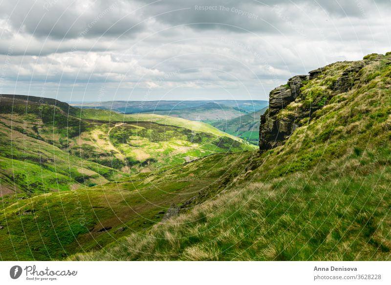 Blick auf die Hügel bei Edale, Peak District National Park, UK Spitzenbezirk Nationalpark Derbyshire England Englisch blau wolkig Landschaft Ackerland grün