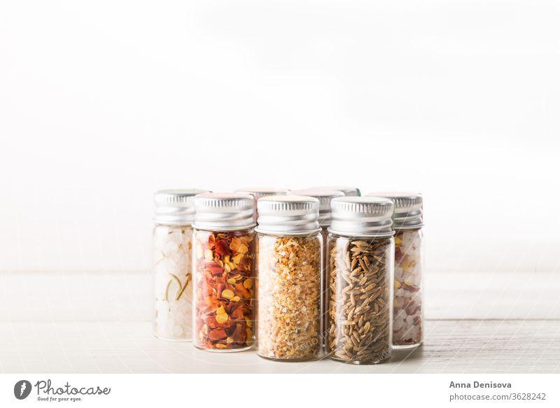Gewürze in Mini-Flaschen Kulisse weiß Würzig Kurkuma organisch Saatgut Basilikum Salz rosa himalajanisch Rosmarin Chili-Flocken Zwiebel Cumin Top Lebensmittel