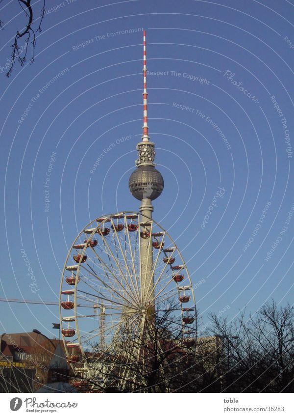 Fernsehturm Berlin mit Riesenrad Architektur Alexanderplatz