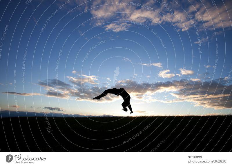 Flick Flack Mensch Frau Himmel Jugendliche blau Landschaft Freude schwarz Erwachsene Sport feminin Bewegung Gras Stil springen Horizont