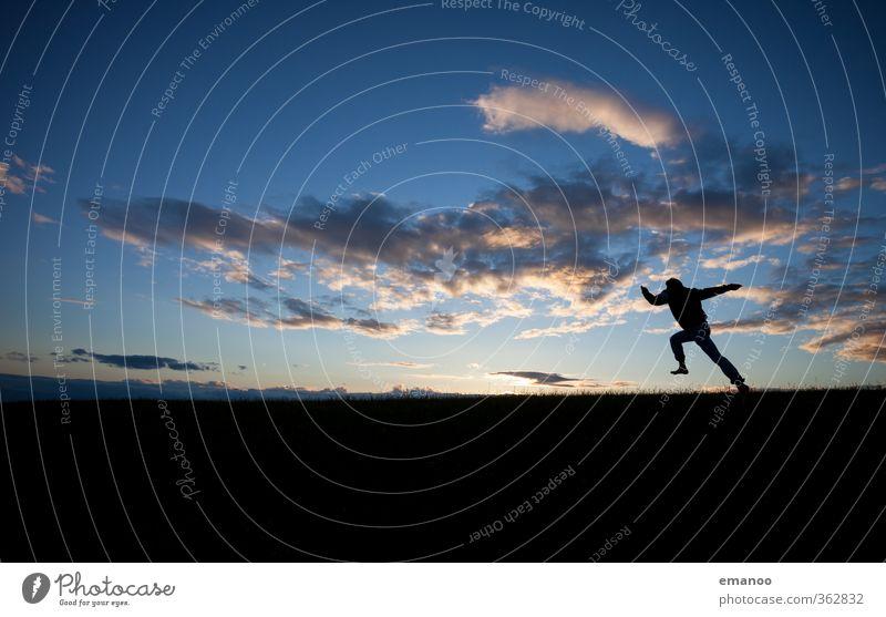 der Sonne hinterher Mensch Himmel Natur Mann Jugendliche Ferien & Urlaub & Reisen Landschaft Freude Wolken Erwachsene Junger Mann Berge u. Gebirge Sport Gras Freiheit Stil