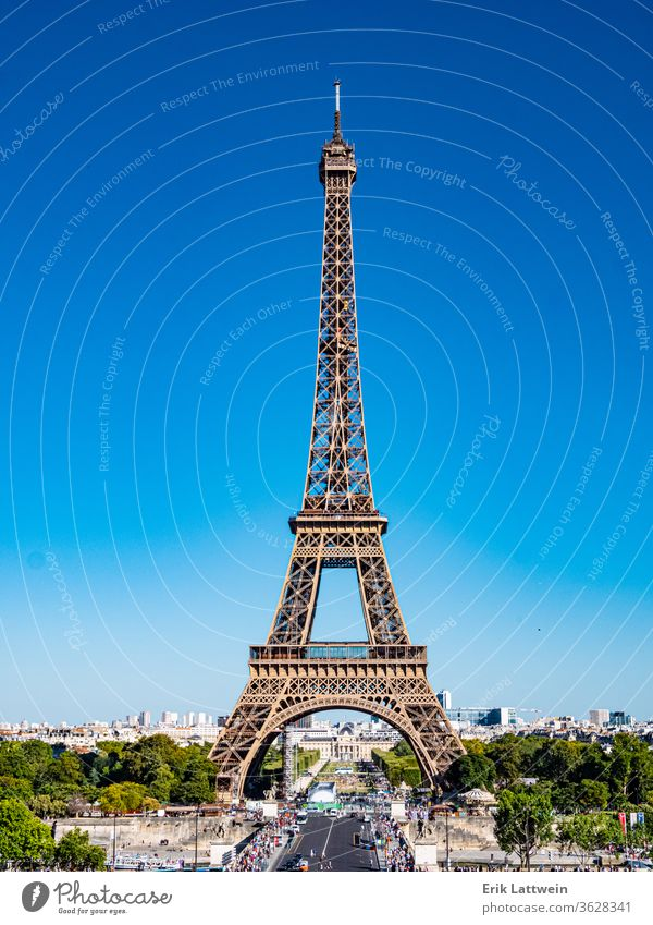 Eiffelturm in Paris - Blick vom Trocadero reisen Europa Frau Frankreich Französisch Glück jung Großstadt schön Wahrzeichen Tourismus Tourist Urlaub Sommer