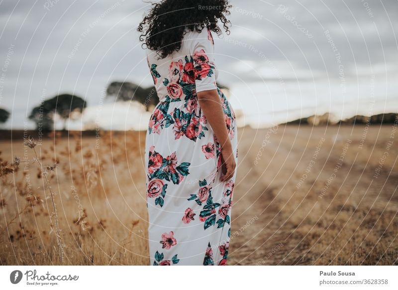 Schwangere Frau schwanger Schwangerschaft Kaukasier Sommer Kleid Lifestyle Leben Baby erwartend Mensch Mutter schön Liebe Pflege Elternschaft erwartungsvoll