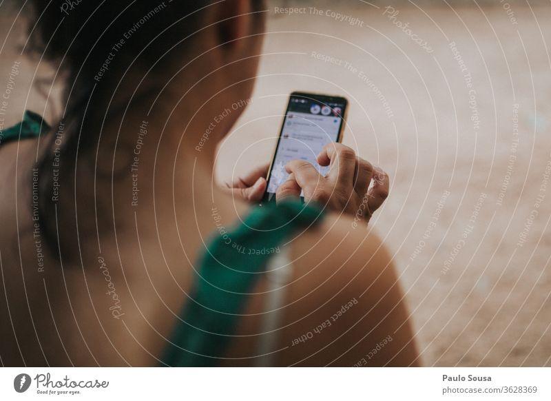Frau mit Smartphone Technik & Technologie Lifestyle benutzend Mitteilung Menschen Glück jung Person Gerät Mobile Telefon Drahtlos modern Funktelefon Internet