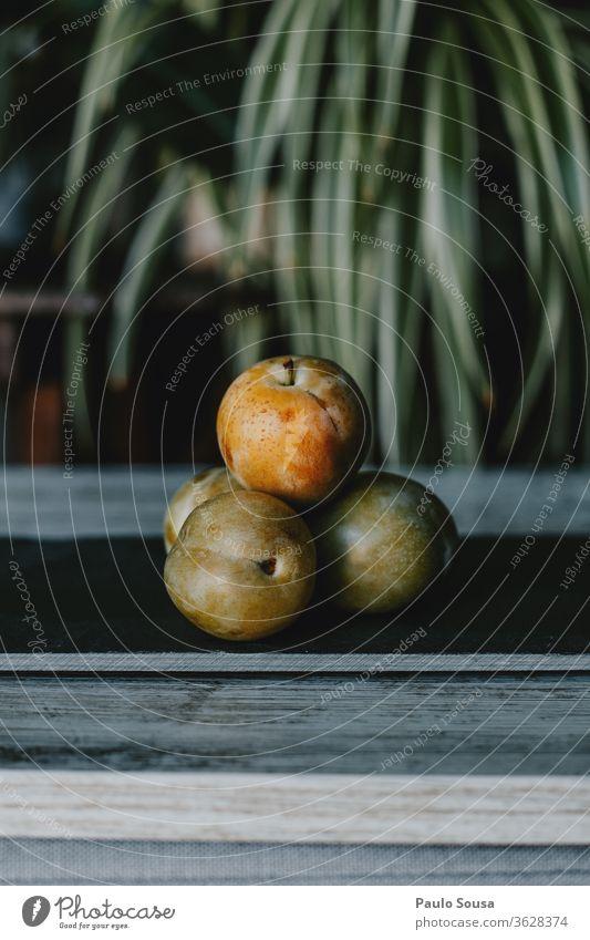 Pflaumen Greengage Obst auf dem Tisch Bioprodukte organisch Frucht fruchtig Reine-Klaude Menschenleer Gesundheit Außenaufnahme frisch Vegetarische Ernährung