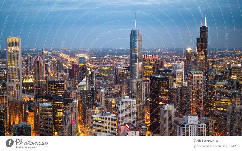 Chicago von oben - erstaunliche Luftaufnahme am Abend Großstadt Skyline Architektur Illinois Stadtzentrum urban Stadtbild USA Wolkenkratzer Sonnenuntergang