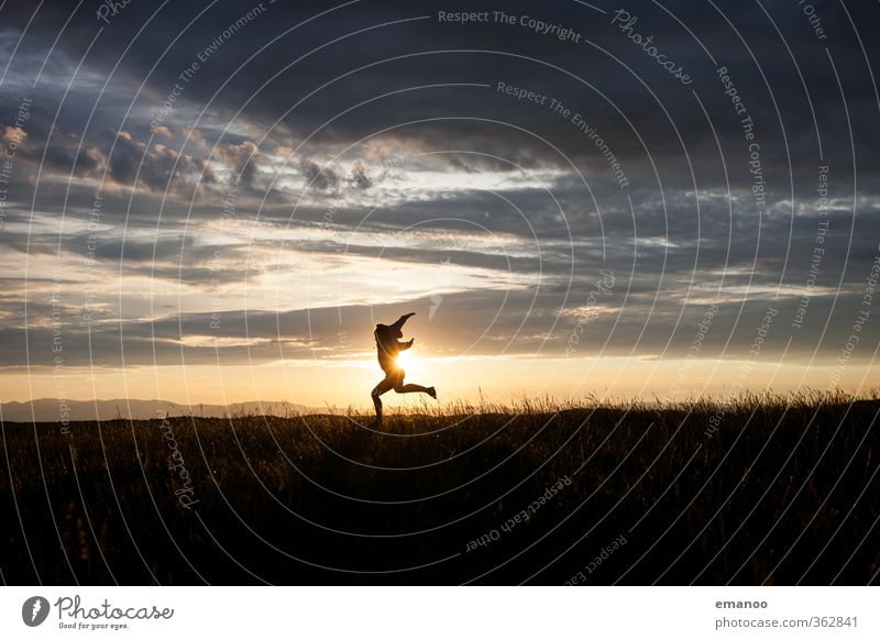 horizon dance Mensch Frau Himmel Natur Jugendliche Ferien & Urlaub & Reisen Sommer Landschaft Freude Erwachsene Umwelt Berge u. Gebirge Wiese Gras Freiheit