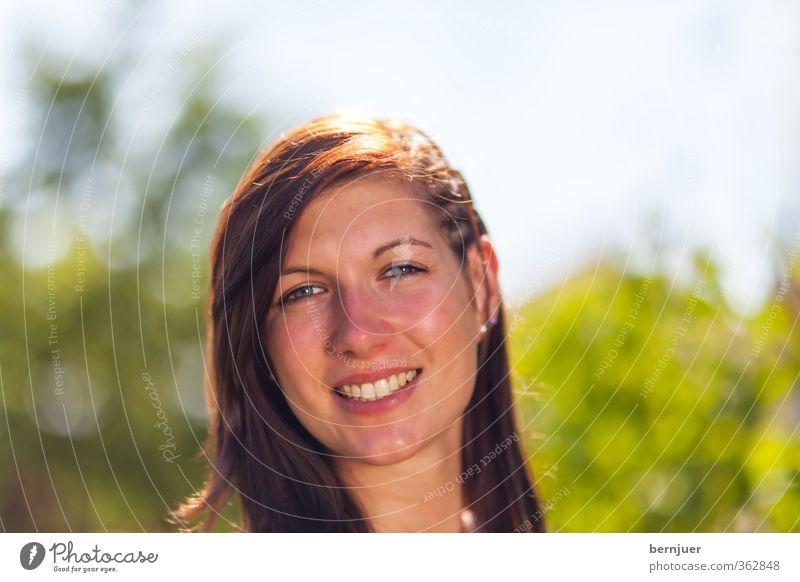 Smile Mensch Jugendliche grün schön Sommer Freude Junge Frau Erwachsene 18-30 Jahre feminin lachen Kopf braun Lächeln einzigartig brünett