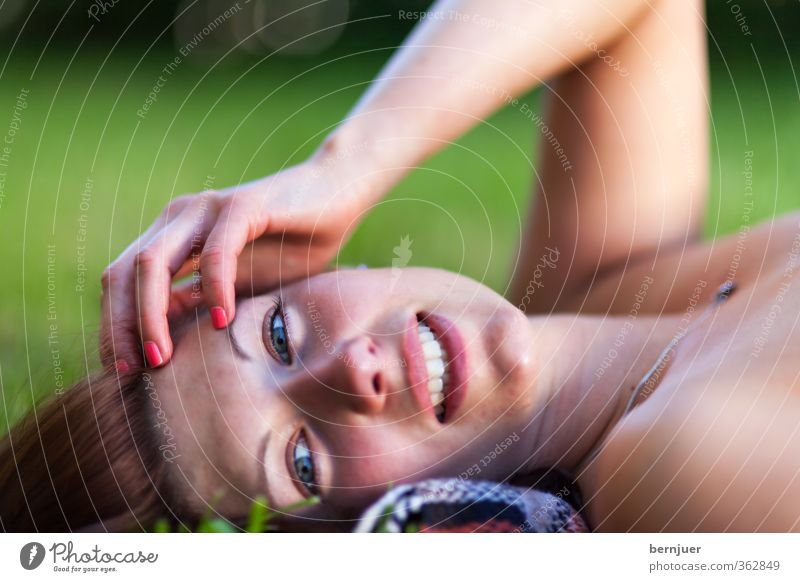 Chillen Lifestyle Sommerurlaub Sonnenbad Mensch feminin Junge Frau Jugendliche 1 18-30 Jahre Erwachsene liegen Wiese Garten lachen Erholung Außenaufnahme Hand