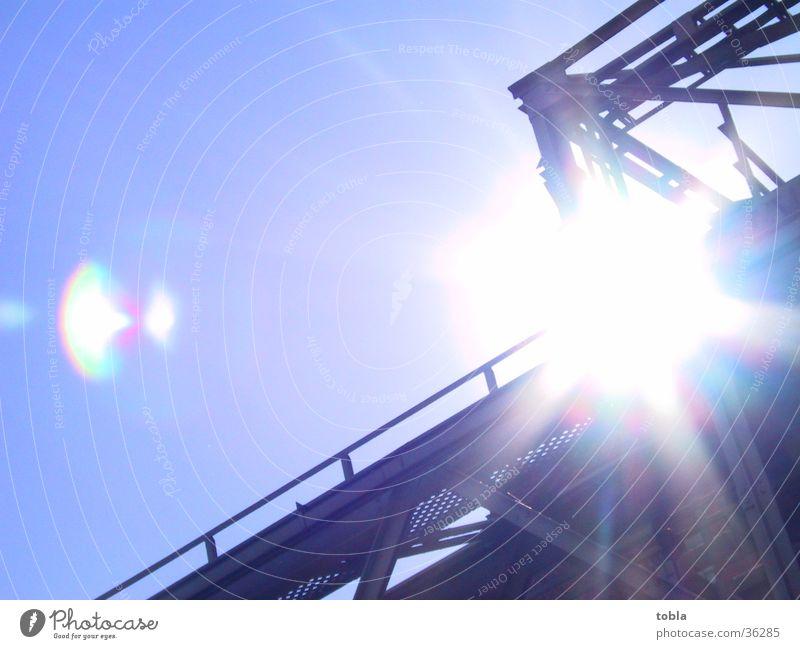 Sonnenstrahl Sonne Gebäude strahlend Fototechnik