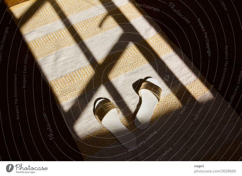 Aus den Latschen gekippt | Pantoletten im Schattenspiel der offenen Terrassentür eines Sommerhaus (es) Sommerurlaub Urlaubsstimmung Leichtigkeit Sonnenlicht