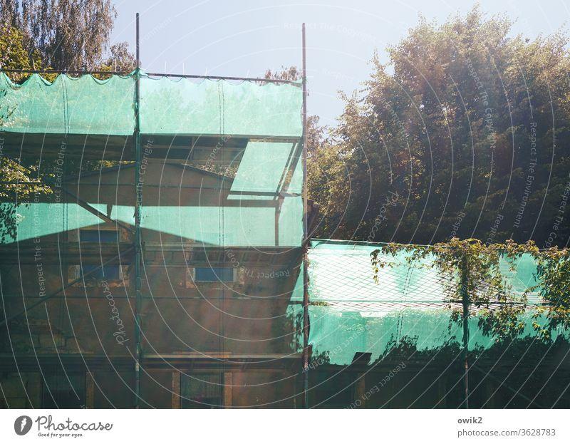 Rettungsversuch Baugerüst Abrisshaus marode alt Architektur Wand Außenaufnahme Stahl Farbfoto Himmel Menschenleer kaputt Gebäude Baustelle Baugewerbe Fassade