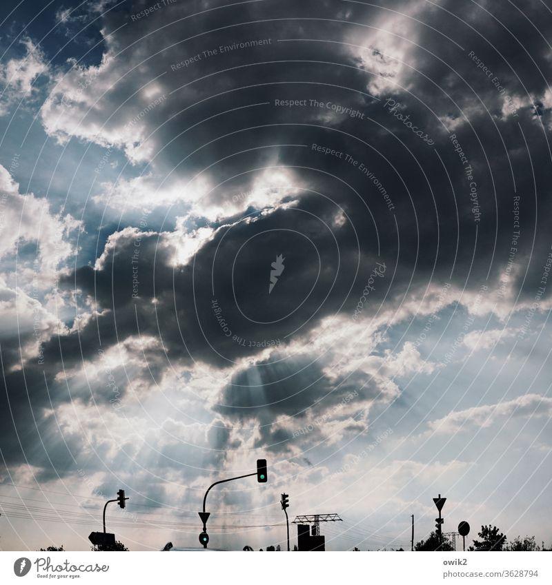 Verkehrsbeleuchtung Himmel Wolken Sonnenlicht dramatisch Lichtdurchbruch Lichterscheinung Gewitterwolken Kontrast Straßenverkehr Außenaufnahme Menschenleer