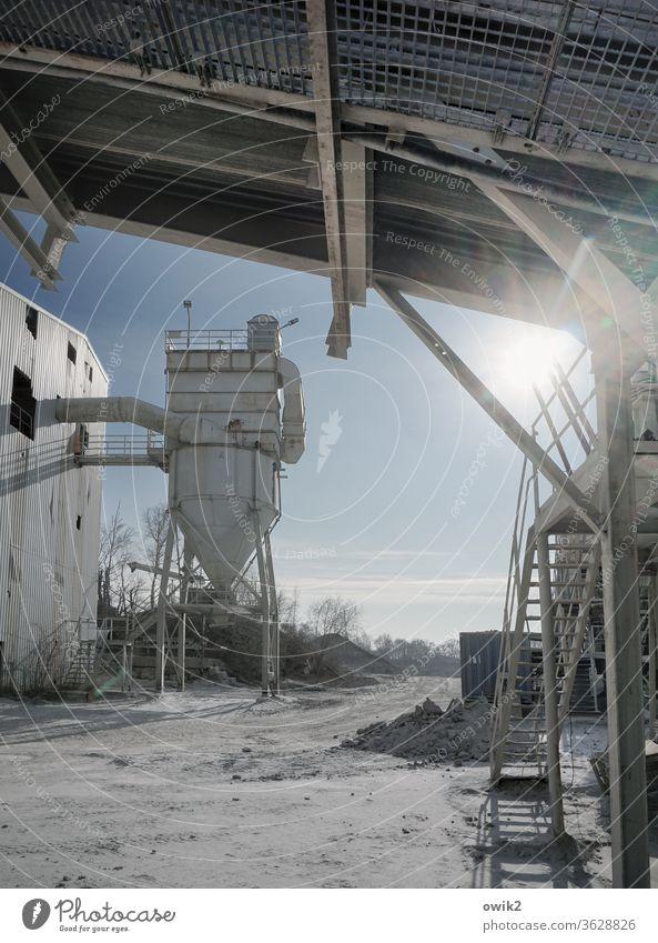 Zapfstelle Kieswerk Abfüllanlage Silo Rohre Vorrat Dach Treppe Metall sperrig alt Arbeit Arbeitsplatz Sand Industrie Industrieanlage Industrielandschaft