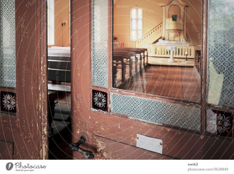 Kircheneintritt Tür Kirchentür Eingang Eingangstür Pforte Glas alt Holz Türklinke Spalt halb geöffnet einladend Kirchenraum Kirchenschiff Altar Predigtkanzel