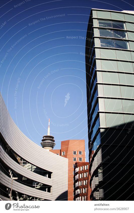 Medienhafen Düsseldorf Hochhaus Fernsehturm Rheinturm Stadt Architektur Skyline Außenaufnahme Sehenswürdigkeit Menschenleer Wahrzeichen Farbfoto Turm Himmel Tag