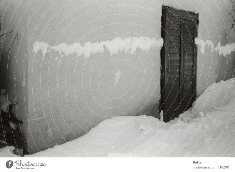 Winterimpression Schneewehe Haus Mauer Architektur Tür
