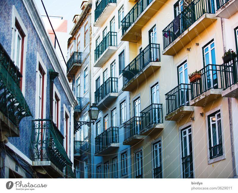 Häuserfassaden mit Balkonen. Renovierte Altbauten in der Stadt Fassaden Fenster wohnen mehrstöckig authentisch mehrfamilienhaus mietshaus Miete Mietpreise teuer