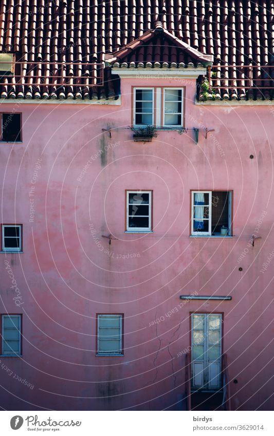 pink gestrichene Fassade mit Fenstern , Ziegeldach und einer Dachgaupe Tür rosa Gaupe dachgaupe verwittert authentisch wohnen Wohnraum Miete Mietpreise Gebäude
