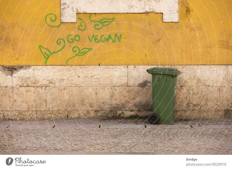 werde Veganer. Graffiti auf einer Hauswand. Go vegan, gegen Nutztierhaltung und Tierquälerei. Gesunde Ernährung Vegane Ernährung Aufforderung Pflanzensymbole