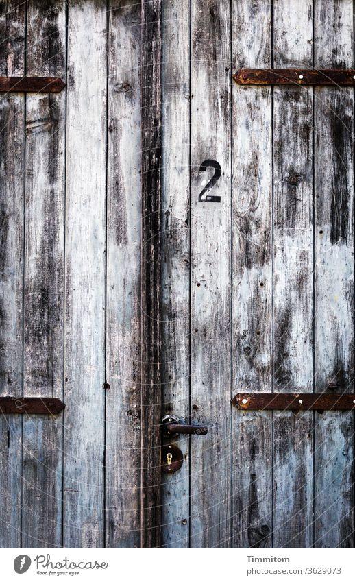 Tür Nr. 2 Holz Zahl alt Klinke Türschloss Metall Farbe Menschenleer Griff geschlossen Sicherheit braun