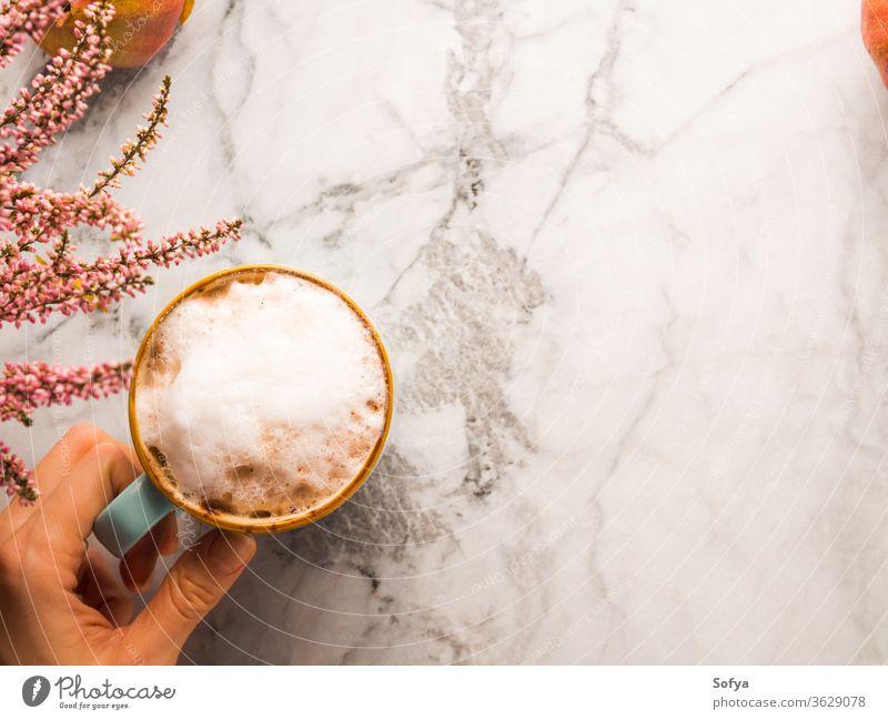 Herbstliche Flachlegung mit Becher Latte-Kaffee auf Marmor Hintergrund Weihnachten Frau Lebensmittel Winter Murmel oben Licht melken Stimmung Morgen Oktober