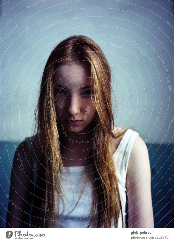 Doc #Rot-Blau-Blau Junge Frau Jugendliche Haut Kopf Haare & Frisuren Gesicht 1 Mensch 18-30 Jahre Erwachsene Mode Bekleidung T-Shirt rothaarig langhaarig Blick