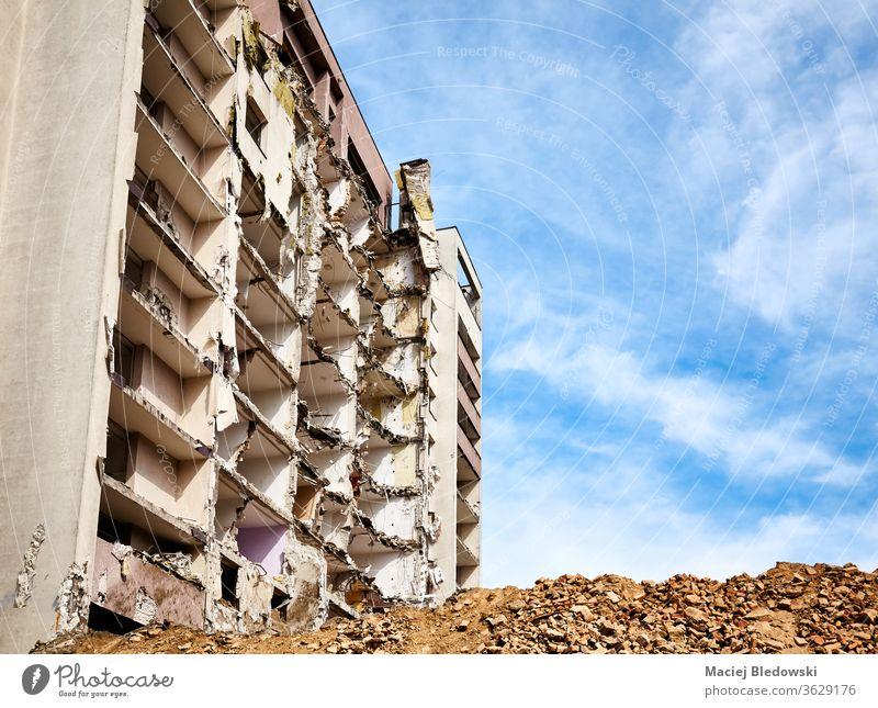 Abgerissenes Hochhaus gegen den blauen Himmel. Zerstörung Bruchstein Haus Großstadt Bombe Erdbeben Gebäude Krieg Ruine Explosion abgerissen hoch Trümmer Gefahr