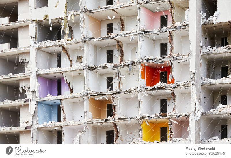 Abgerissenes Hochhaus ohne Vorderwand. Zerstörung Bruchstein Haus Bombe Erdbeben Gebäude Krieg Ruine Explosion Großstadt abgerissen Trümmer Gefahr Beton alt