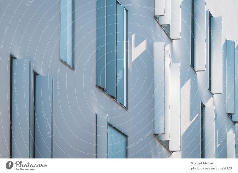 Fenster mit modernen Fensterläden, die Licht und Schatten im Nachmittagslicht erzeugen Gebäude Fassade wohnbedingt Architektur architektonisch urban Farbe