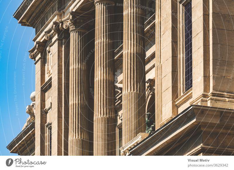 Fassade mit ionischen Säulen des Nationalen Kunstmuseums von Katalonien in Barcelona alias MNAC Gebäude Spalte Ornament historisch Statue sonnig Denkmal