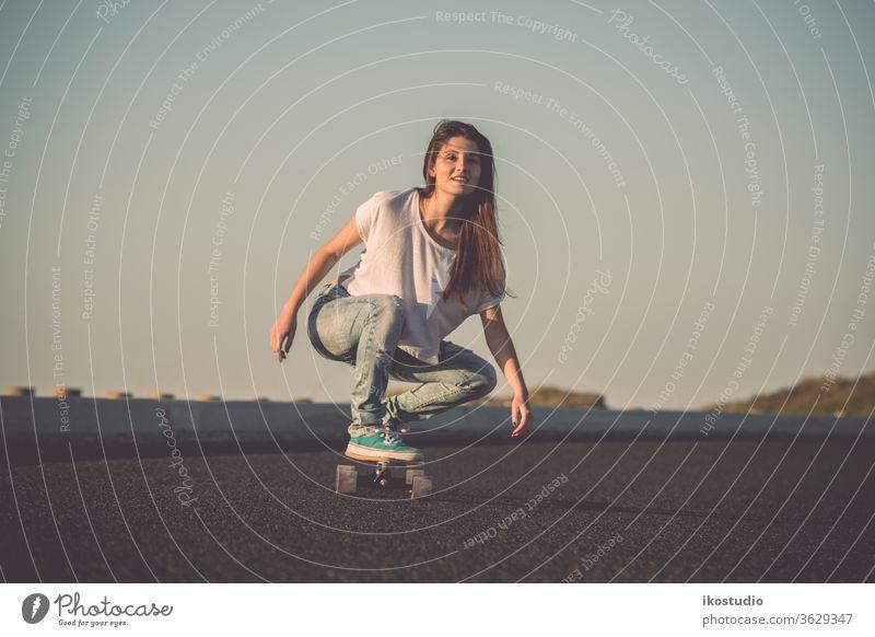 Eisläuferin Frau Skater Longboard Skateboard Mädchen jung Schlittschuh cool Skateboarding schön Straße Lifestyle Mode bergab Sport urban Spaß Glück Stil Jugend