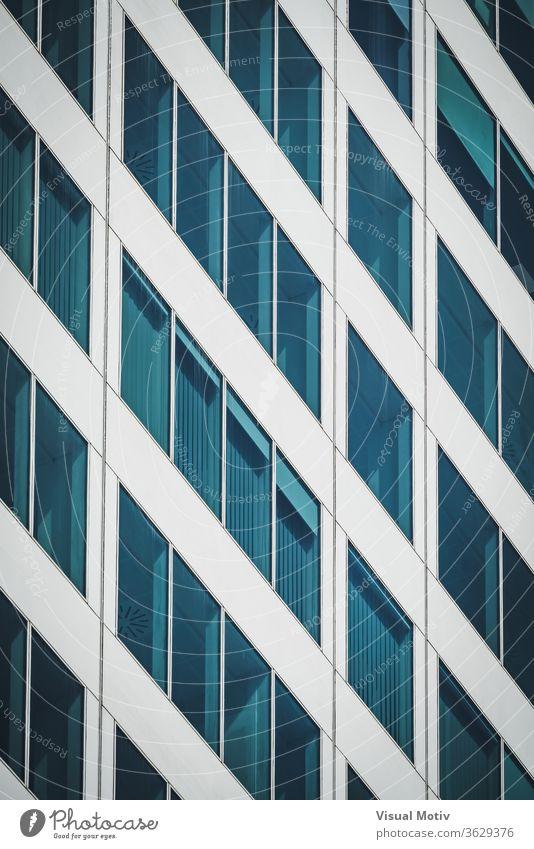 Symmetrische blaue Fenster eines Bürogebäudes aus Aluminium und Glas abstrakt abstrakter Hintergrund abstrakte Fotografie Nachmittag architektonisch Architektur
