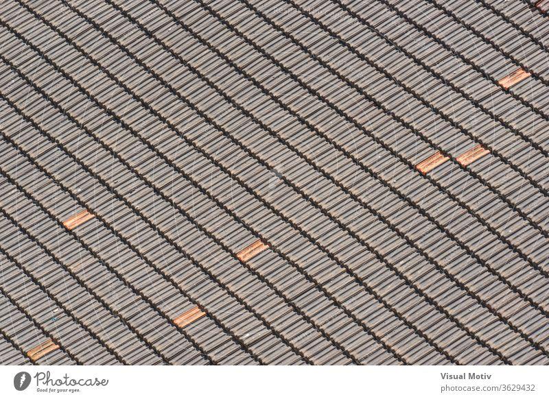 Hintergrund der traditionellen Terrakotta-Ziegel eines alten Daches, die ein diagonales Muster bilden Dachziegel Fliesen u. Kacheln Textur Gebäude Keramik