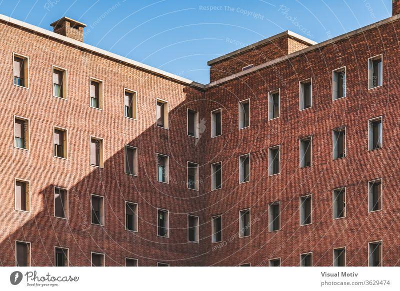 Symmetrische Fassaden eines alten Backsteingebäudes symmetrisch Struktur Baustein Gebäude abstrakt Farbe urban Außenseite Fenster Wiederholung Muster Reihe
