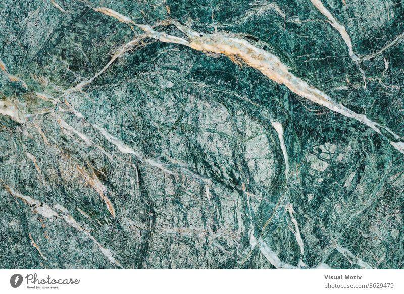 Textur einer alpinen grünlichen Marmorplatte mit weißen Adern Murmel Platte Oberfläche Stein kalkhaltig Hintergrund Vene rau Ästhetik Material Mineral abstrakt
