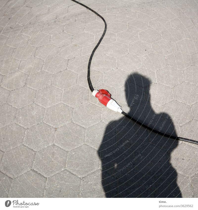 Lebenslinien #134 stromkabel ummantelung schwarz parallel elektrik schutzmantel energie stecker verlängerung verlängerungskabel stein weg gehweg schatten sonnig