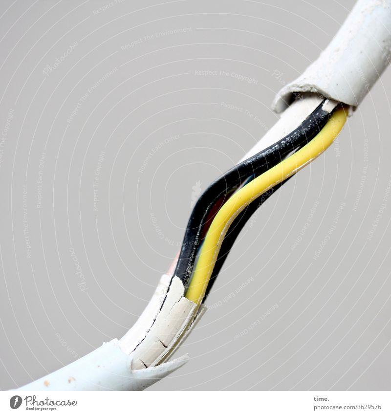 alt | Wachmacher (1) stromkabel ummantelung gelb schwarz kaputt risiko Sicherheitsrisiko parallel elektrik sanierung offen wunde schutzmantel gefahr energie