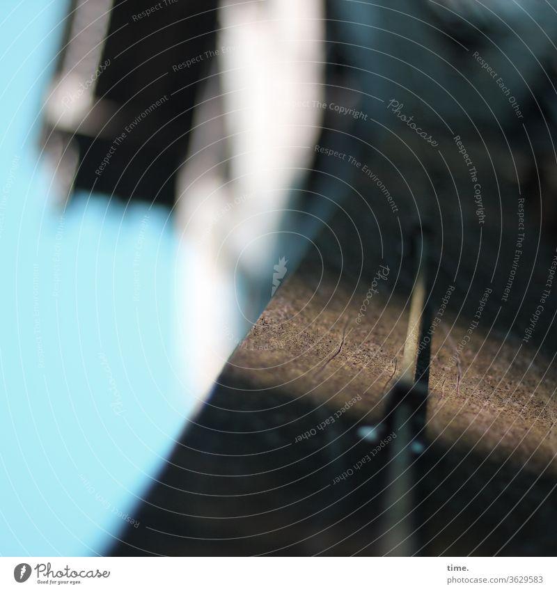 Lebenslinien #135 stromkabel haus elektrik sonnig energie stein schatten transport parallel unschärfe hoch dach himmel kabelschelle befestigt mauer ummantelung