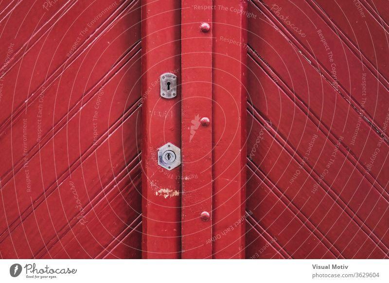 Detail einer traditionellen roten Holztür im Vintage-Stil Tür hölzern altehrwürdig Form Schlüsselloch Schloss Geometrie Design Architektur Eingang