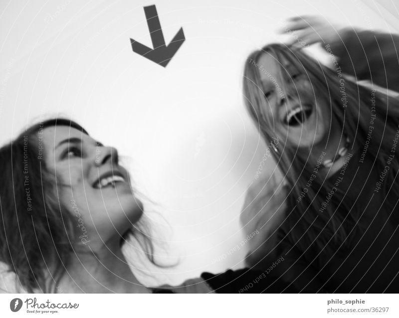 Spass feminin 2 Hand Mensch Schwarzweißfoto Freude Bewegung lachen Pfeil percing Coolness