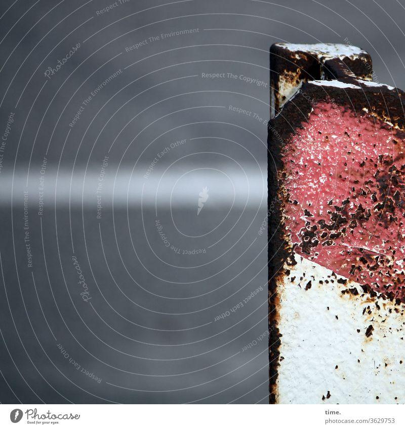 Geschichten vom Zaun (73) eisen rost hart alt abgenutzt straße Asphalt rot weiß sperre ecke kante kantig abgewetzt