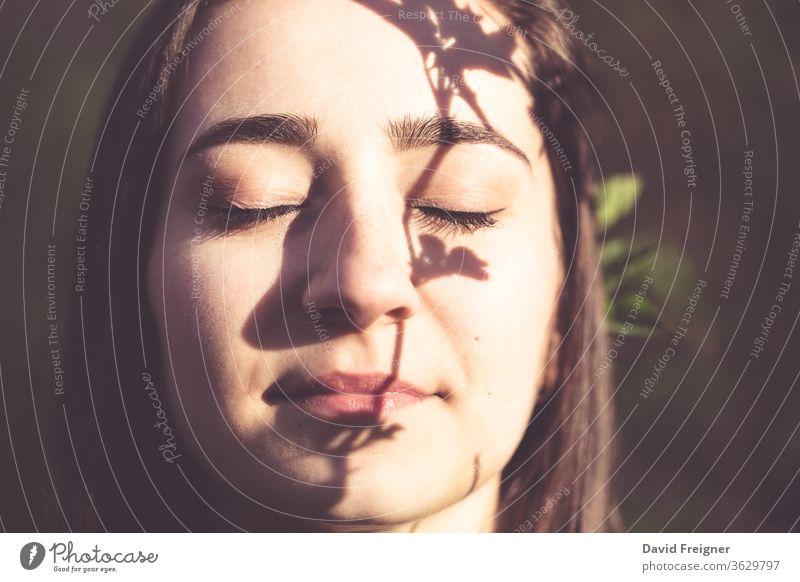 Junge Frau Nahaufnahme Gesichtsporträt in den Wäldern ökologisch Auge Gelassenheit Frieden Schutz Bräune Haut Sommer Jugend Anti im Freien sich[Akk] entspannen