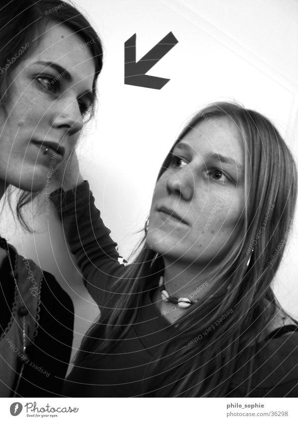Wir Frauen... feminin 2 Hand Mensch Schwarzweißfoto Freude Bewegung lachen Pfeil percing Coolness Blick
