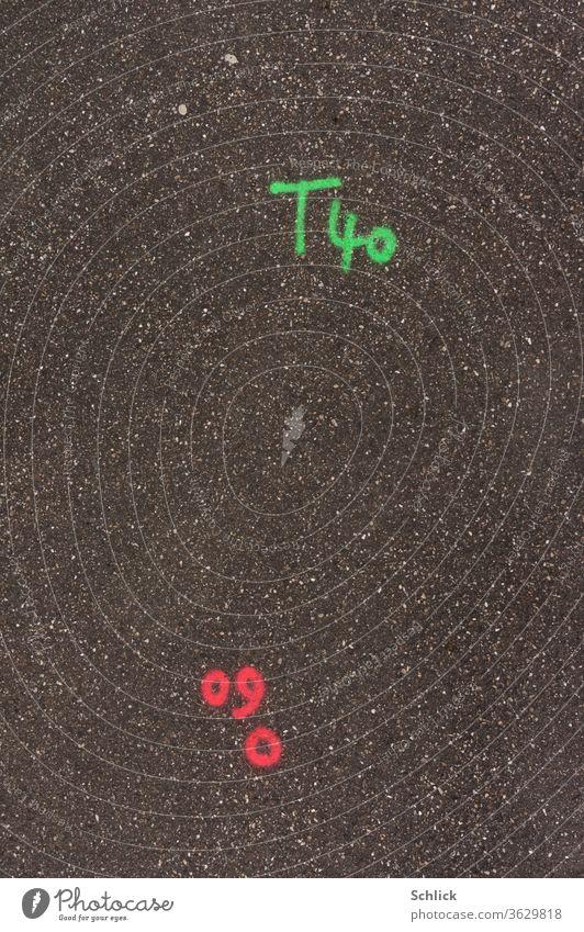 Vermessung Geodäsie Buchstaben und Zahlen in Leuchtfarbe auf Asphalt Vermessungstechnik leuchten grün rot Ebene Hintergrund Markierung Beschriftung