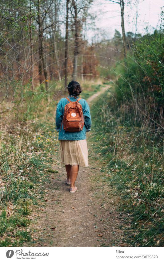 Frau von hinten auf einen Spaziergang auf einem Weg durch den Wald spazieren Rucksack Frühling Herbst Landschaft Natur gehen Rücken Wege & Pfade Mensch Tag