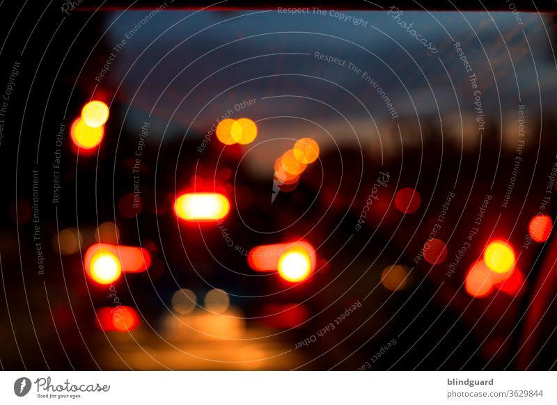 Big City Lights. Unscharfe Lichter im Straßenverkehr bei einer abendlichen Fahrt nach Hause. Beleuchtung Lichterscheinung Bokeh Stimmung Kontrast Verkehr Abend